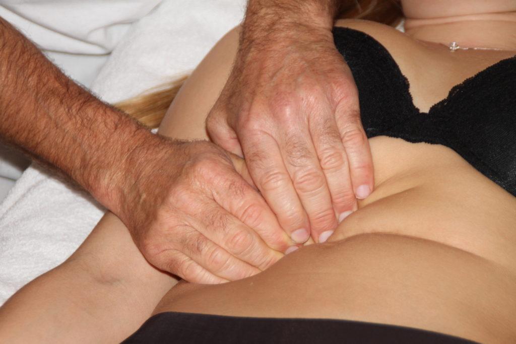 Osteopaat behandelt verklevingen